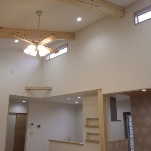 梁見せ天井で開放感のある家
