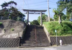 都萬神社階段・鳥居before