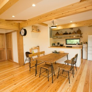 薪ストーブがあり木の温もりを感じるお家