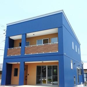 広々カウンターのある青空に映えるお家